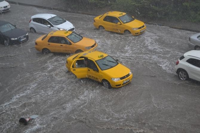 İstanbul'da yoğun yağış hayatı felç etti galerisi resim 1