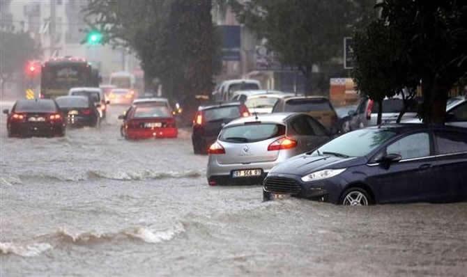 Antalya şiddetli yağıştan deniz karaya çıktı! galerisi resim 1