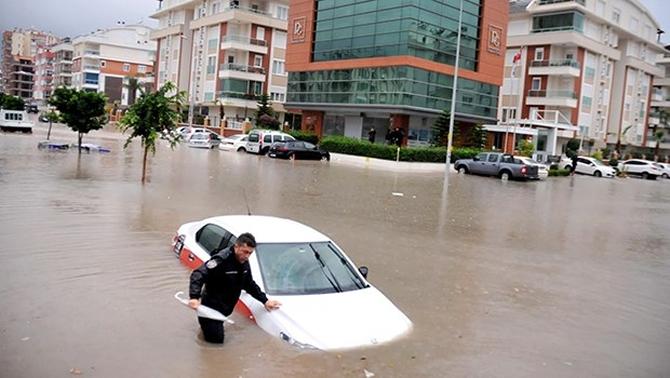 Antalya şiddetli yağıştan deniz karaya çıktı! galerisi resim 2