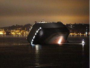 Hoegh Osaka adlı araç taşıyan gemi karaya oturarak yan yattı