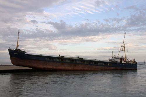 Dümeni kilitlenen yük gemisi duvara çıktı galerisi resim 8