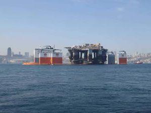Platform taşıyıcı gemi Dockwise Vanguard, İstanbul Boğazı'ndan geçti