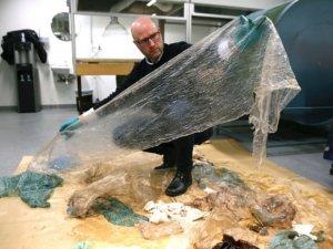 Balinanın midesinden 30 plastik torba çıktı