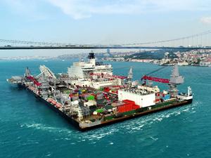 Türk Akımı'nda boru döşeyecek gemi, İstanbul Boğazı'ndan geçti