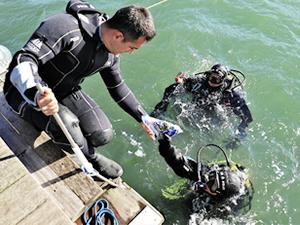 Kurbağa adamlar, devlet büyüklerini su altından koruyor