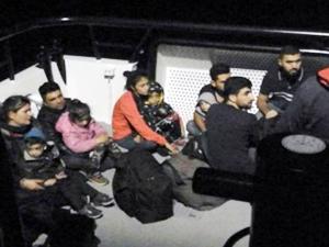 Sürat teknesinde 11 kaçak göçmen yakalandı