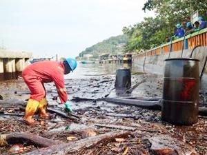 Endonezya, petrol sızıntısını durdurmaya çalışıyor