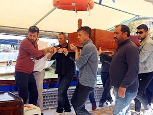 Muğla'da cenazeleri kayıkla taşıyorlar