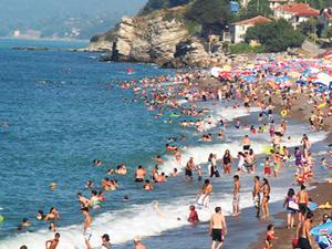 Bodrum'a gelen turistler, sahillere akın etti