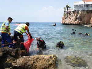 Kaleiçi Yat Limanı'nda denizden 10 çuval çöp çıkarıldı