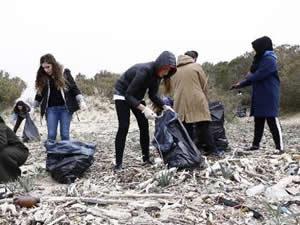 Üniversite öğrencileri Sarıkum Plajı'nı temizledi