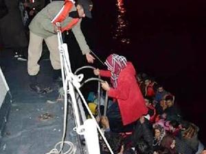 İzmir'de lastik botları sürüklenen 59 kaçak göçmen kurtarıldı