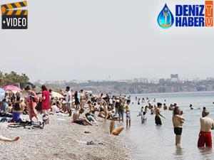 Tatilciler, Konyaaltı Plajı'na akın etti