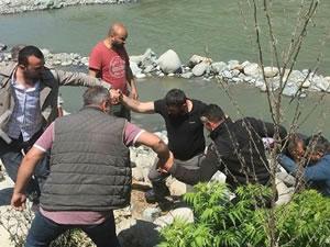 Rafting yapan turistleri taşıyan bot alabora oldu