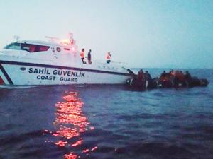 İzmir'de lastik botlarda 103 kaçak göçmen yakalandı