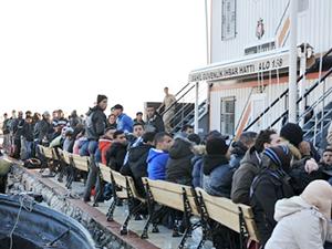 Midilli Adası'na geçmek isteyen 99 kaçak göçmen yakaladı