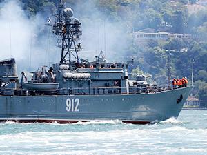 İki Rus askeri gemisi, İstanbul Boğazı'ndan geçti