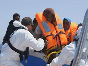 Libya açıklarında 180 kaçak göçmen kurtarıldı