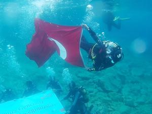 Atatürk için dalış yaparak 'Türk Bayrağı' açtılar