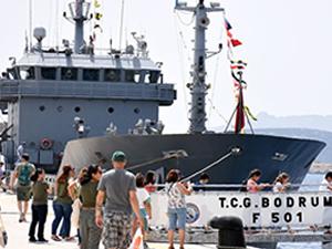 Askeri savaş gemileri ziyaretçi akınına uğradı