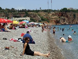 Antalya'da sıcak havadan bunalanlar denize girdi
