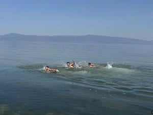 Mudanya'da gençler serinlemek için kendilerini denize bıraktı