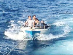 Kuşadası Körfezi'nde arızalanan tekneyi Sahil Güvenlik kurtardı