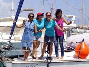 Barış için yelken açan dört kadın Finike'de mola verdi