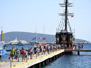 'Korsan gemi' görünümlü tur tekneleri ilgi görüyor