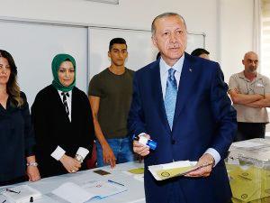 Cumhurbaşkanı Erdoğan, Üsküdar'da oyunu kullandı