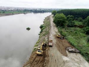 Meriç Nehri'nin yatağı kepçelerle temizleniyor