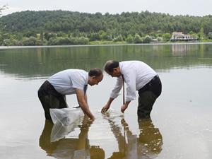 Uşak'ta Göğem Göleti'ne 30 bin yavru balık bırakıldı