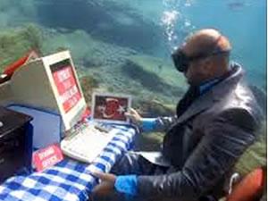 Takım elbiseyle 'su altındaki ofis'te çalıştı