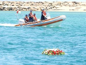 Şehitler için denize çelenk bıraktılar