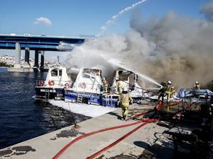 Haliç'te deniz taksileri alev alev yandı