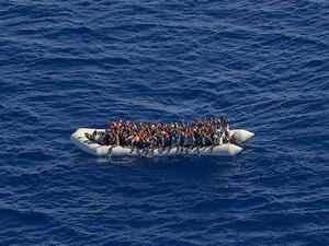 Akdeniz'de bir şişme botta 104 kaçak göçmen kurtarıldı