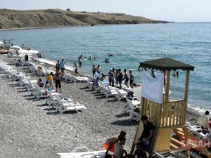 Van Gölü'nün mavi bayraklı  plajına tatilciler akın ediyor