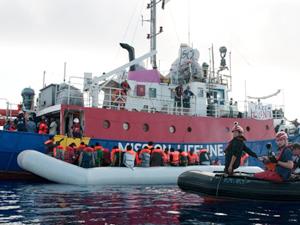 Denizde mahsur kalan 450 göçmen Sicilya'da karaya çıkıyor
