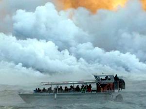 Hawaii'de yanardağdan çıkan lavlar tekneye sıçradı!