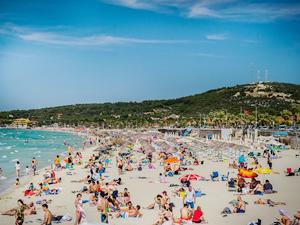 Çeşme, 12 Mavi Bayraklı plajı ile tatilcilerin gözdesi oldu