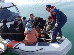 Lastik botla Midilli'ye gitmeye çalışan 39 göçmen yakalandı