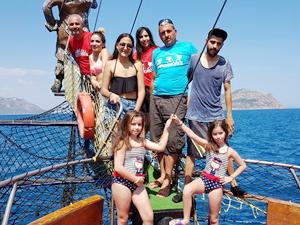 Adana'nın sıcağından kurtulup tekne turuna çıktılar