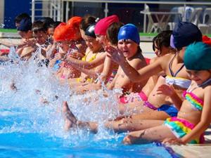 Deniz olmayan kentte günde 500 kişiye yüzme eğitimi veriliyor