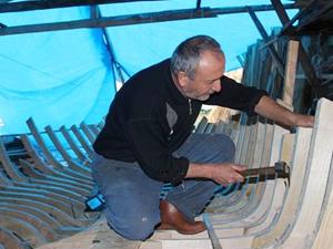 Mesleğini geleceğe taşıyıp, tekne ustaları yetiştirmek istiyor