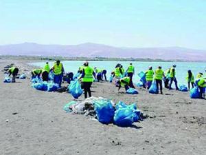 Van Gölü sahilinde 40 ton çöp toplandı