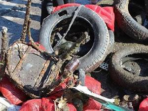Erdek'te denizden bir römork dolusu atık çıktı