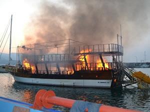 Limanda demirli tur teknesi alev alev yandı!