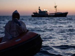 40 Afrikalı göçmen Tunus açıklarında bekliyor