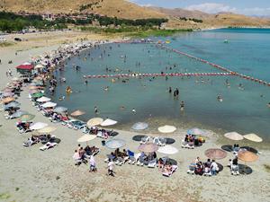 Hazar Gölü Doğu'daki tatilcilerin gözdesi oldu