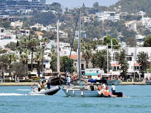 Bodrum açıklarında sürüklenen yelkenlideki 4 kişi kurtarıldı